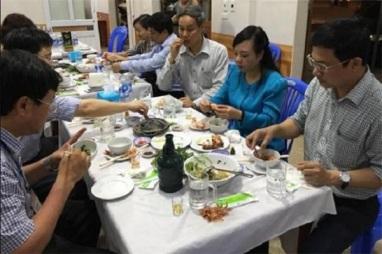 Image result for bộ trưởng Kim tiến ăn cá biển....